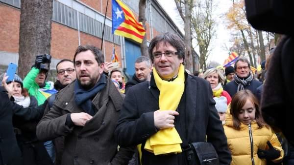 El expresidente de la Generalitat Carles Puigdemont y el conseller de Salut cesado Toni Comín llegando al Parque del Cincuentenario de Bruselas para encabezar la manifestación soberanista 'Desperta, Europa' (Despierta, Europa).