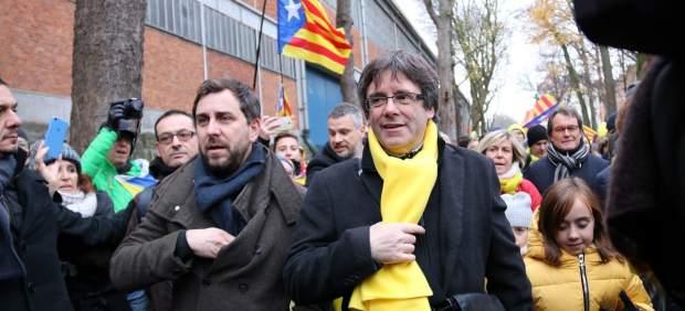 El expresidente de la Generalitat Carles Puigdemont y el conseller de Salut cesado Toni Comín llegando al Parque del Cincuentenario de Bruselas para encabezar la manifestación soberanista