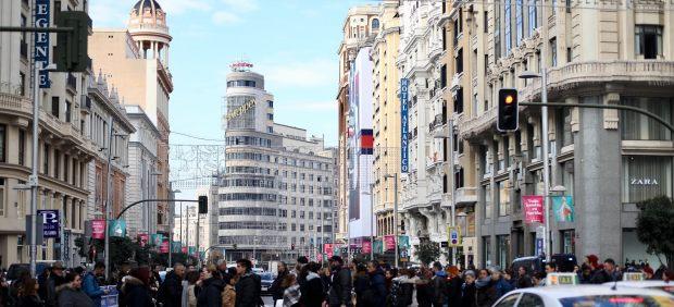 La Gran Vía, abarrotada de turistas y madrileños