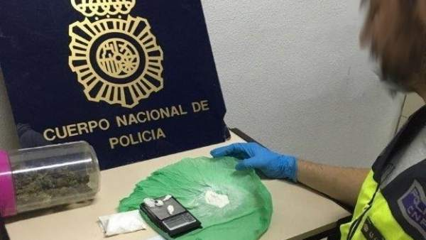 Un agente pesa la droga incautada