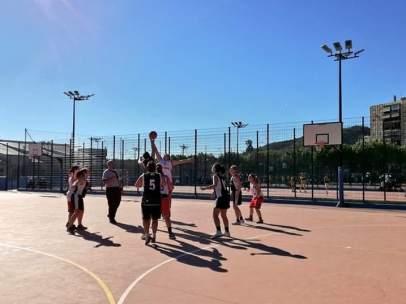 Niños jugando al baloncesto