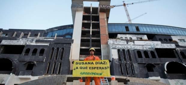 Activistas de Greenpeace repintan 'Hotel Ilegal' en la fachada de El Algarrobico