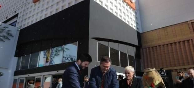 El alcalde de Sevilla ha inaugurado el mercado navideño en Los Arcos