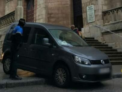 Se cuela en la Catedral de Burgos con el coche.
