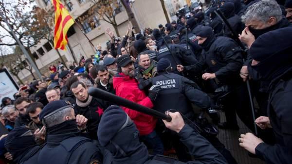 Cargas de los Mossos en Lleida