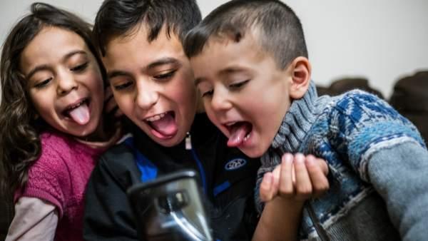 Niños jugando con un móvil