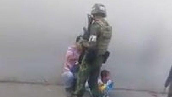 El noble gesto de un soldado con un padre y su hijo