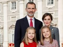 Los Reyes y sus hijas felicitan la Navidad con una imagen tomada el día de la Fiesta Nacional