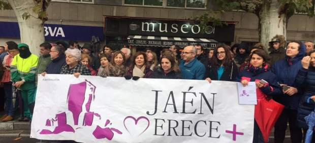 Foto de miembros de la plataforma delante del Museo Íbero