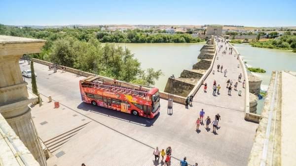 Bus de City Sightseeing en el entorno del Puente Romano de Córdoba