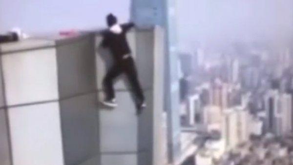Graba su propia muerte al caer de un rascacielos