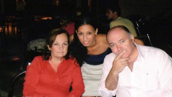 Maloma con sus padres adoptivos.