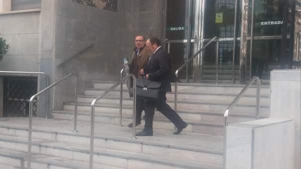 Pérez Montoya, junto a su abogado, a la salida del Palacio de Justicia