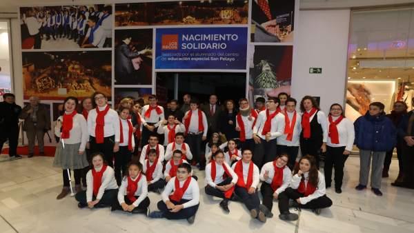Niños del Centro de Educación Especial San Pelayo junto al Nacimiento solidario