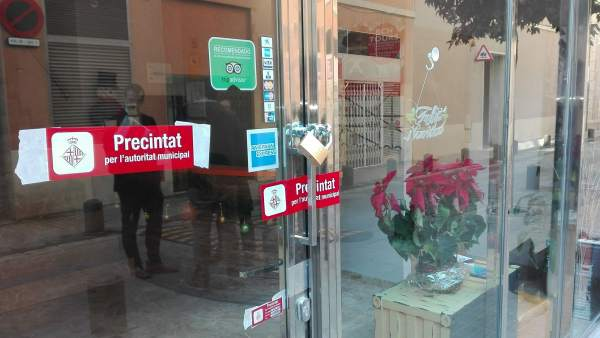 Imagen de la puerta del hotel que ha precintado el Ajuntament de Barcelona por carecer de licencias.