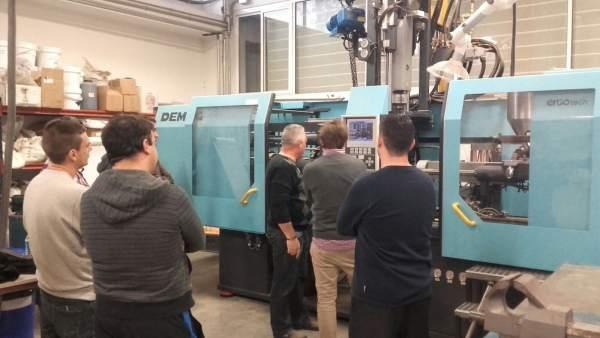 Varios trabajadores observan una máquina