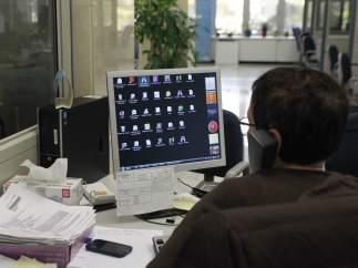 Rajoy autoriza pagar a los funcionarios catalanes el 20% de la extra de 2012