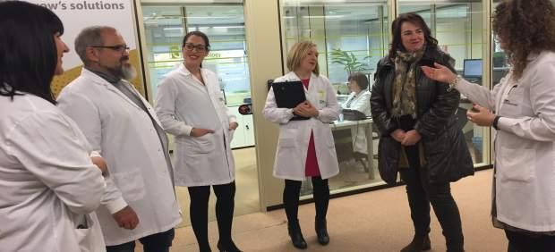 Ainhoa Aznárez visita la empresa Iden Biotechnology.