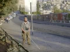 Tony derrota su ceguera viajando solo por todo el mundo