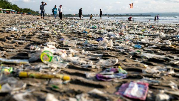Playa invadida por el plástico
