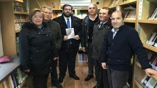 Ávila: Sánchez Cabrera en el interior de un bibliobus