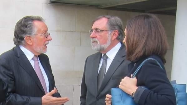 Alfonso Grau (izquierda de la imagen) y sus abogados