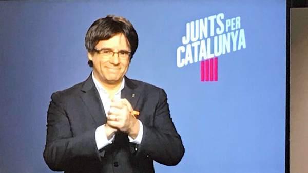 Puigdemont en un acto de campaña de JuntsxCat.
