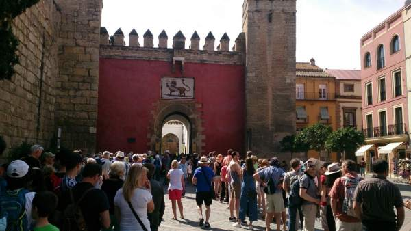 Turistas, a la puerta del Alcázar de Sevilla.