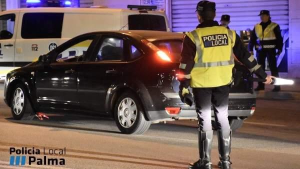 Agente de la Policía Local de Palma controlando el tráfico
