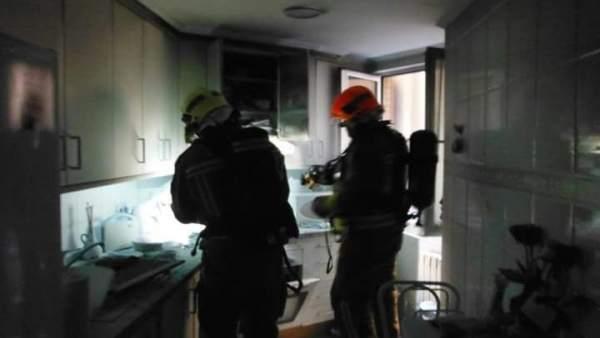 Bomberos en un incendio en una cocina en Oviedo