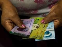 Un pequeño municipio de Caracas crea su propia moneda ante la escasez de bolívares