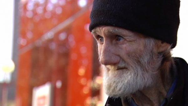 Ofrecen una casa a un hombre que lleva 15 años mendigando