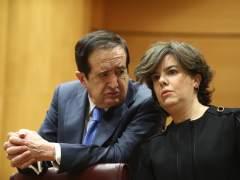 """Sáenz de Santamaría explica en el Senado que el independentismo ha """"descabezado"""" a la Generalitat"""