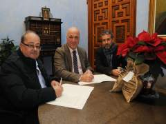 Antonio Ruiz (centro), firma el convenio