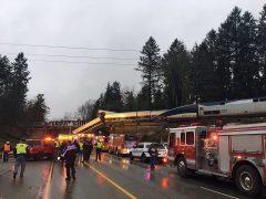 Un tren descarrila y cae sobre una autopista en EE UU, causando al menos 6 muertos y unos 70 heridos