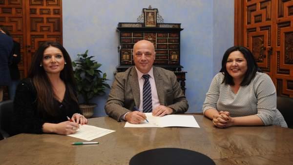 Antonio Ruiz firma el convenio de colaboración