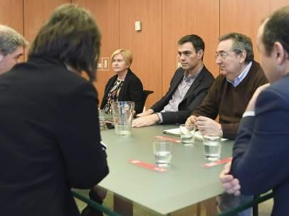 Sánchez, junto a miembros de la dirección del PSOE, reunido en Ferraz con UGT y CCOO.