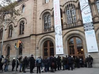 Los ciudadanos esperan para votar