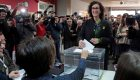 Marta Rovira vota en Vic acompañada de su hija