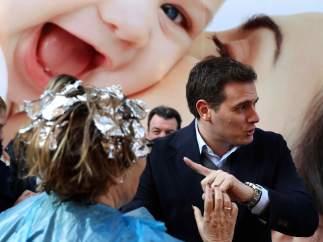 Sale de la peluquería para saludar a Rivera
