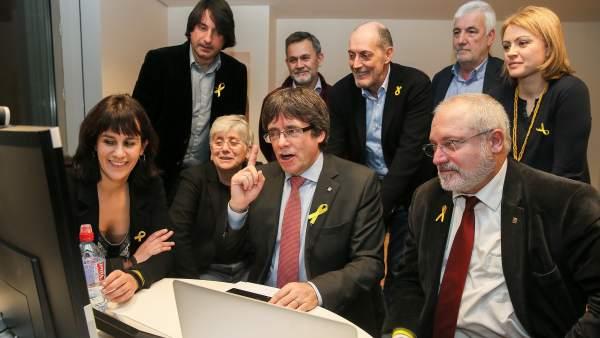 El expresident y candidato de Junts per Catalunya, Carles Puigdemont, sigue el escrutinio desde Bruselas.