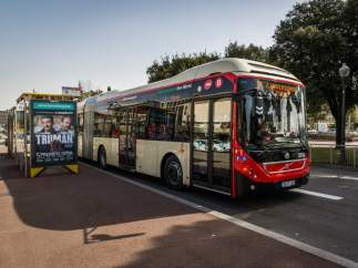 Un autobús de TMB circula por Barcelona.
