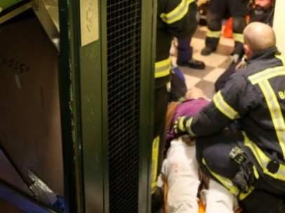 Los Bomberos rescatan a una familia de un ascensor