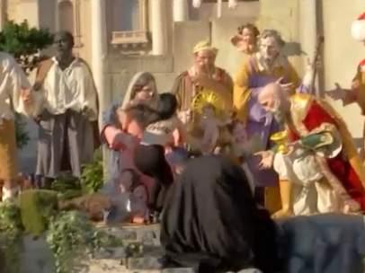 Una activista de Femen intenta robar al niño Jesús del belén del Vaticano