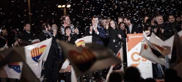 Rivera y Arrimadas, en el centro de la imagen, celebra los resultados del 21-D.