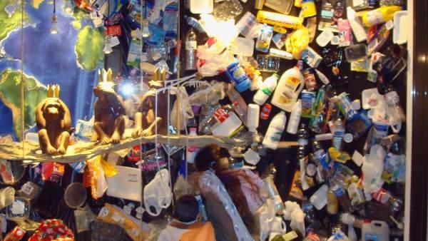 La invasión del plástico en un escaparate