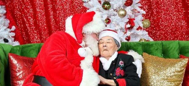 Una mujer con Alzheimer reconoce a Papá Noel en una emocionante sesión de fotos