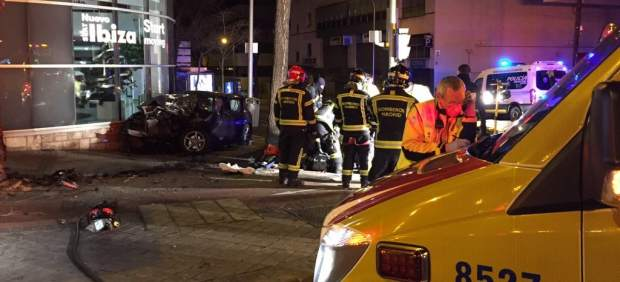 Efectivos de emergencias en el lugar del accidente
