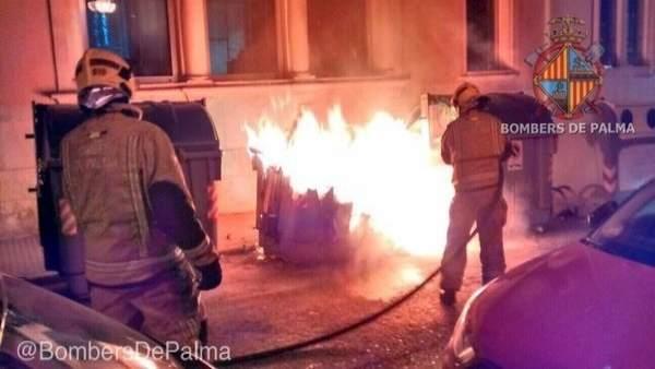 Bomberos de Palma sofocando el fuego de contenedores