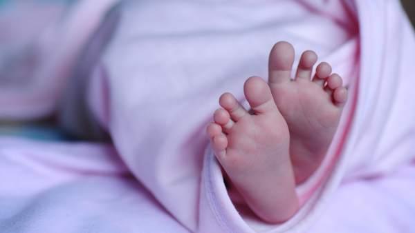 Los pies de una bebé recién nacida.